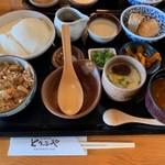 とうふや - 寄せ豆腐膳(炊き込みご飯) 寄せ豆腐はそのまま食べても旨い、塩をかけると甘さがより引き出されて旨い、タレをかけるとその旨みと豆腐が持つ本来の旨みとの相乗効果で旨い、最高です☆☆☆もちろん、炊き込みご飯やその他お惣菜もしっかりとおいしかったです◎ 2019/03/01