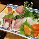 ハマグルメ とも栄鮨 - 刺し身の盛り合わせ