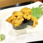 ハマグルメ とも栄鮨 - 溢れ雲丹(軍艦)です