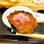 ハマグルメ とも栄鮨 - イクラに中落ちをプラス