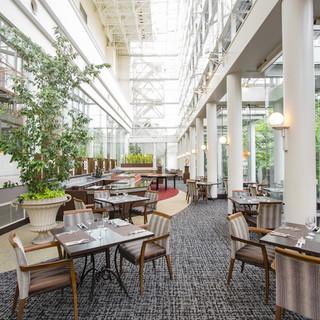 レストラン「アマデウス」は3フロア吹き抜けのアトリウム空間