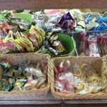 リスヤ - パンの隣には、駄菓子も売られています。