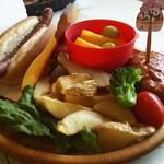 ジャンボ - ホットドッグとハンバーグ、ポテト、野菜、フルーツがのったプレート