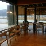 cafe 縞 - 店内(向こうが湖&はす川)