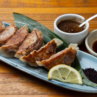 鴨肉の「八木餃子」や部位を選べる「串焼き」他、絶品料理を堪能