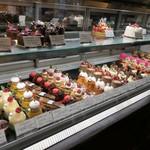 アルカション - ケーキショーケース全景