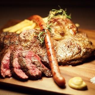 牛・豚・鶏など様々なグリル肉を存分に味わえる肉盛り合わせ!