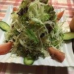 インド料理 まいた - サラダ。私の写真が下手で伝わりにくいですが、山盛りです!