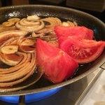 103081254 - トマトと玉葱に火を通す