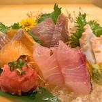 豊洲直送の新鮮な魚料理、刺身を日替わりでご用意しております。