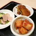 ムグンファ - セットにつくカクテキ、サバのコチュジャン煮、キュウリとソーセージのナムル