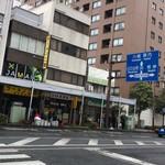 ラーメン二郎 - うげ〜!雨の中、屋根外確定orz
