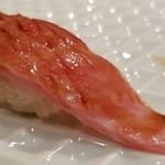 103101998 - (21)本鮪大トロ(京都府伊根産・150kg)                       日本近海の本鮪の産卵期は春~夏、旬は初秋~冬                       仲買は「やま幸」さんだそう                       今の時期としては脂のりも甘みもかなり良いと思います