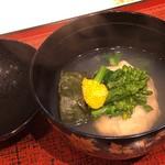 蓬左茶寮 - 平貝の真丈と自家製の蓬麩、菜の花のお吸い物