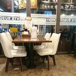 103120594 - カウンターも含めて椅子は白です