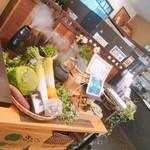 そば処 せきや - レジ横に生野菜が飾られています。