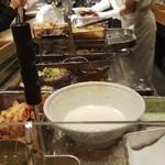 ふたば製麺 - 今宵も妙齢婦女子店員さんのカウンター!と思ったら、隣のカウンターにも別の妙齢婦女子店員さんが(笑)