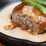 CHEESE KITCHEN RACLER - とろとろチーズのスキレットハンバーグステーキ