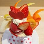 京橋千疋屋 - 苺と2種国産柑橘のホワイトチョコレートパフェ