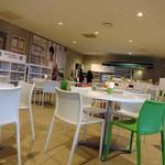 カフェ・ド・ジヴェルニー - 店内の様子 奥のカウンター左でオーダー&会計 右で料理受け取り