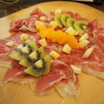 ビトレス プリュス - パルマ産切り立て生ハムと季節のフルーツ