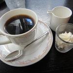 パーラーエル - コーヒーに生クリーム添え