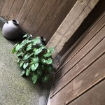 103170049 - 風情のある玄関。建物もなかなか年季が入っている。