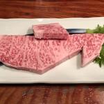 103170073 - 宮崎牛もこれくらい厚いと、旨味がじわじわと口いっぱいに広がる。