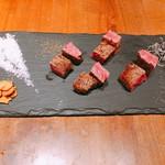 鉄板 ビストロ 恵比寿 - 黒毛和牛サーロインステーキ ブラックペッパー、塩昆布、にんにくチップ、わさび、海塩で