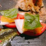 鉄板 ビストロ 恵比寿 - 前菜の盛り合わせ   トマトとオレンジのカプレーゼ