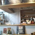 プルスト カフェ - カウンター席と上に黒板メニュー