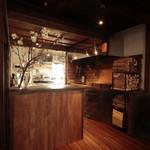 ナカラボ - レストランの中央に薪ストーブ