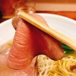 麺屋 一徳 - チャーシューリフト!少し繊維質なのが分かりますね(^◇^;)