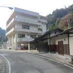 しらさぎ荘 - 手前が松尾川温泉 駐車場はしらさぎ荘の1階部分