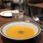 ラ ブーシュリー グートン - セットのスープ。本日はにんじんのスープ。
