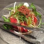 地鶏・和食 個室居酒屋 鶏彩 - フレッシュトマトと玉ねぎのサラダ