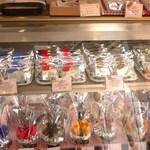チェリボン洋菓子店 - 何種もあるブランデーケーキ