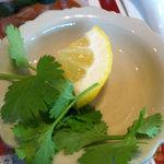 バンダル - 別皿で添えられたパクチーとレモン。入れるとタイ度がグンと上がります♪