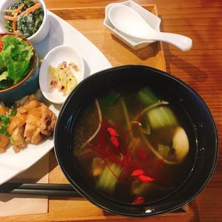 ネオ ガーデン カフェ - 薬膳スープ ●薬膳スープNEOご膳 1,580円 メイン+小鉢2種選択。 玄米、サラダ