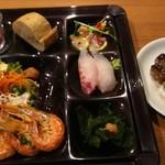 103269238 - サーモンのカルパッチョ、タイ握り、ワカメのしゃぶしゃぶ、ガーリックシュリンプ、サラダ、ロースロビーフ、バゲット