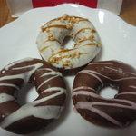 10329856 - 新商品・ホワイトキャラメルナッツ。(上)、シロチョコ(左)モモチョコ(右)