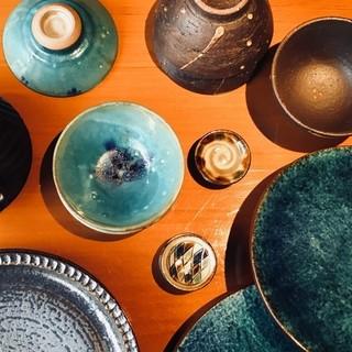 沖縄素材に泡盛、器・箸・調味料、沖縄の魅力に存分に浸る。