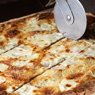 パリパリ食感とチーズの風味が絶妙な、極薄フォカッチャ