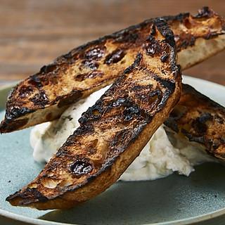 チーズや季節の野菜、肉料理の後は、種類豊富なパスタをどうぞ