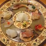 103314969 - お造り盛り合わせ(上から時計回りに〆鯖、ガスエビ、鯛、赤西貝、アジ、アオリイカ、トラフグ、牡蠣、真ん中はかぶらの甘酢漬け)