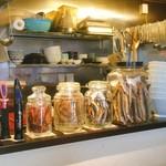 麺や豊 - 煮干し瓶が並ぶカウンター