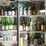 103324798 - カウンター越しの冷蔵ショーケースには美味しそうな日本酒がズラリと並んでいます