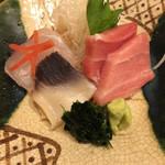 103334731 - 大間のマグロ、北寄貝、真鯛♬                       山葵横の海苔を付けると美味…♡