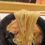 うまかラーメン - 麺リフト!アッサリ鶏ガラ醤油との相性も良く美味い。飲んだ〆に良いです。