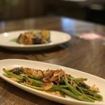 あなたの心に残る シンガポール キッチン&バーHOLIC - 空心菜のガーリック炒め 880円。